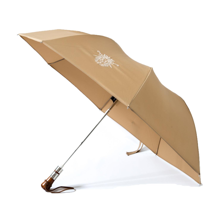 Le parapluie de cherbourg Le pocket, en beige, accastillage finitions chrome et la poignée droite en charme du jura